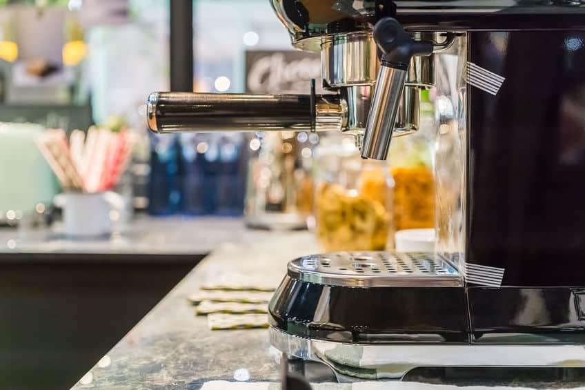 Máquina de café em cozinha.