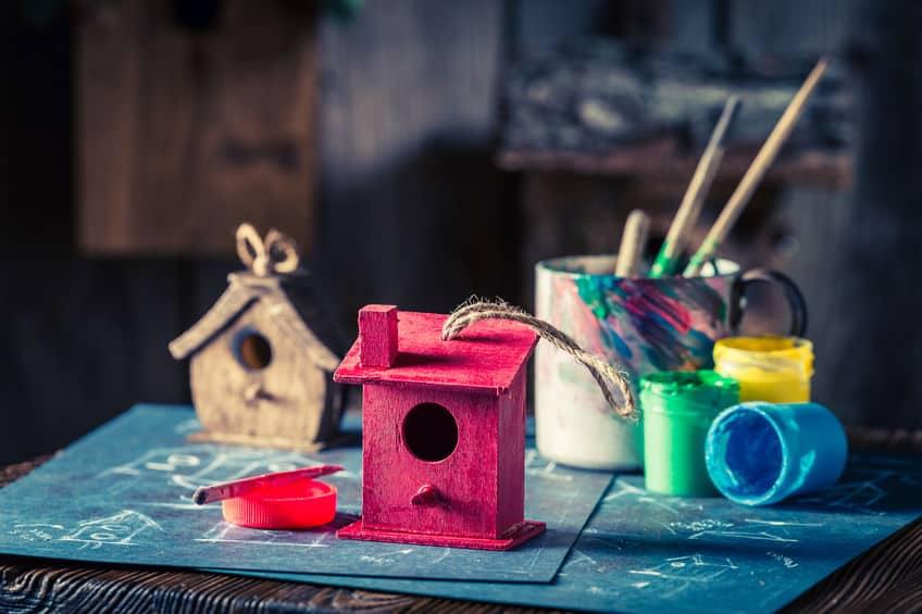 Imagem de comedouros sendo pintados.