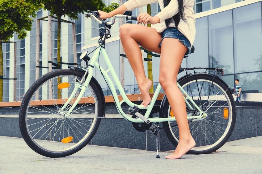 Mulher em bicicleta.