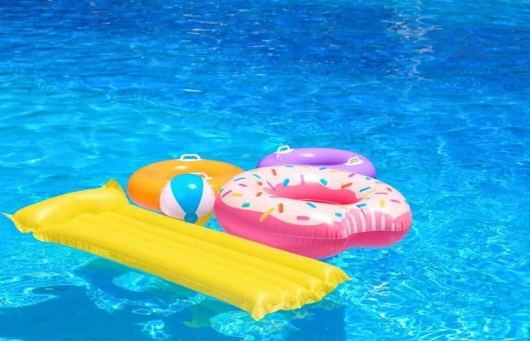 Boias e bolas em piscina.