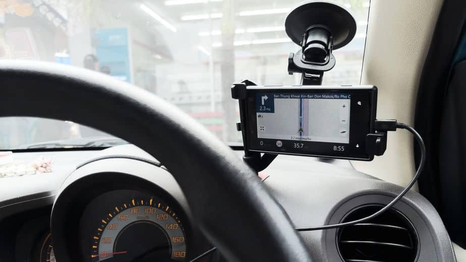 Imagem de GPS no suporte em carro.