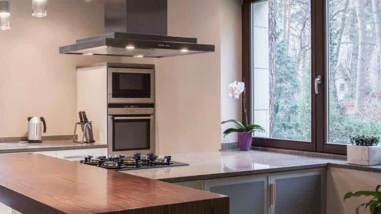 Imagem de cozinha com janela com mosqueteiro.