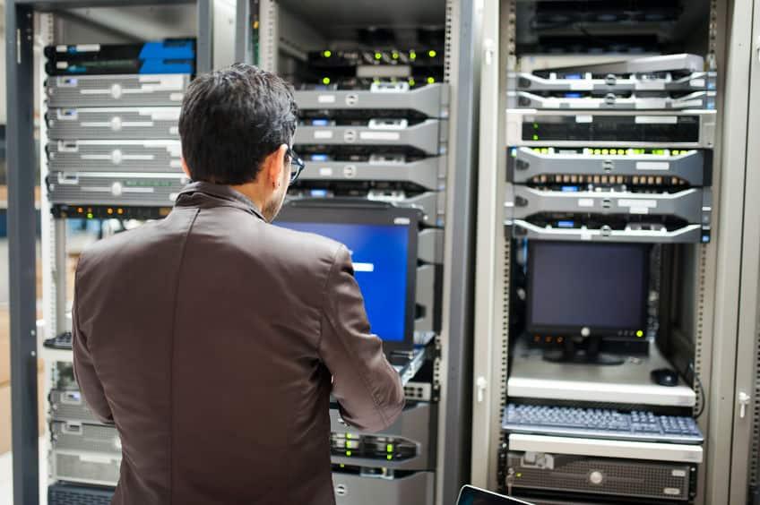 Imagem de uma pessoa em pé em frente ao servidor.