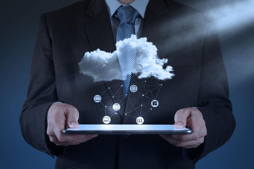 Imagem de pessoa segurando tablet com ilustração de nuvem de armazenagem.