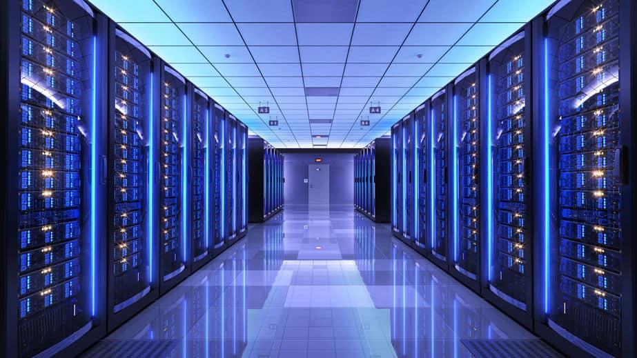 Imagem de sala de servidores com luz azul.
