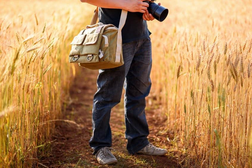 Fotógrafo em meio a campo.