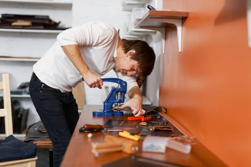 Imagem de homem utilizando rebitadeira.