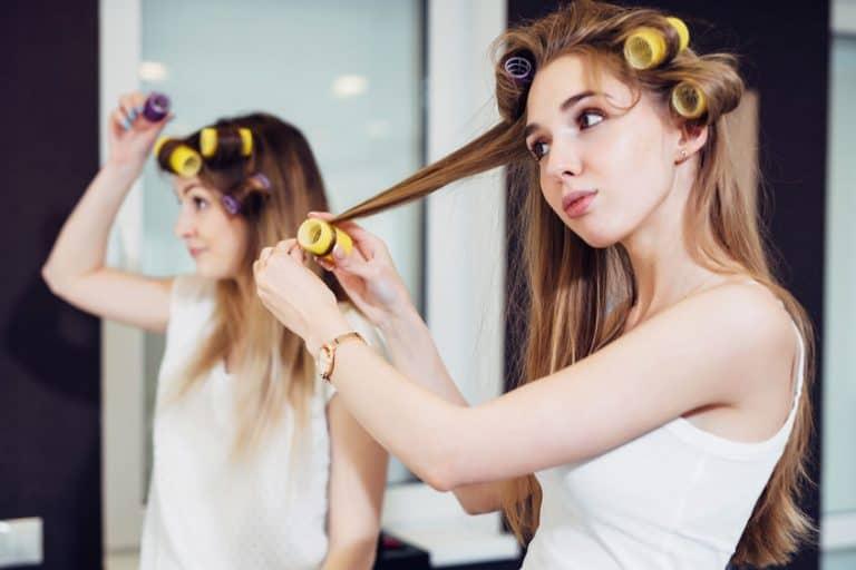 Imagem de mulheres com bobs no cabelo.
