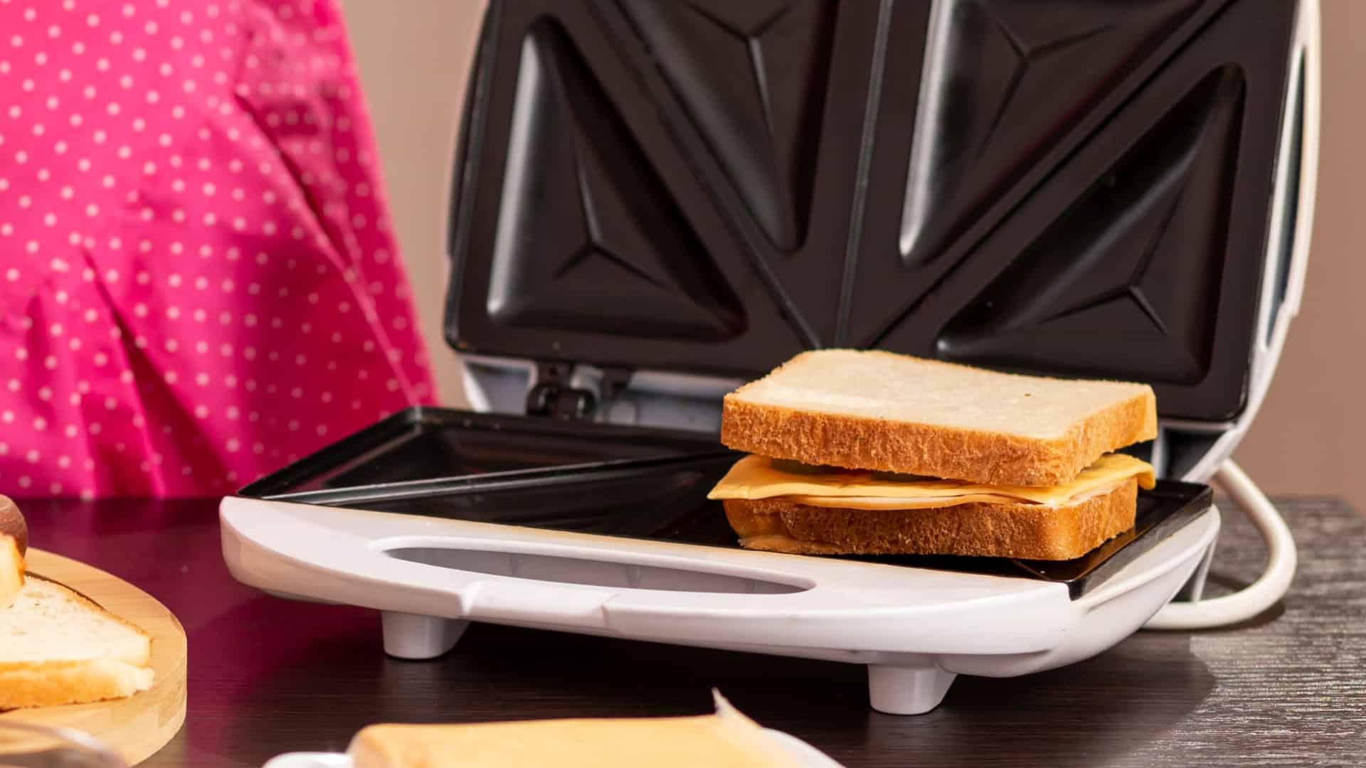Imagem de sanduicheira com sanduíche dentro.