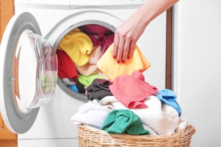 Tirando roupas da secadora.