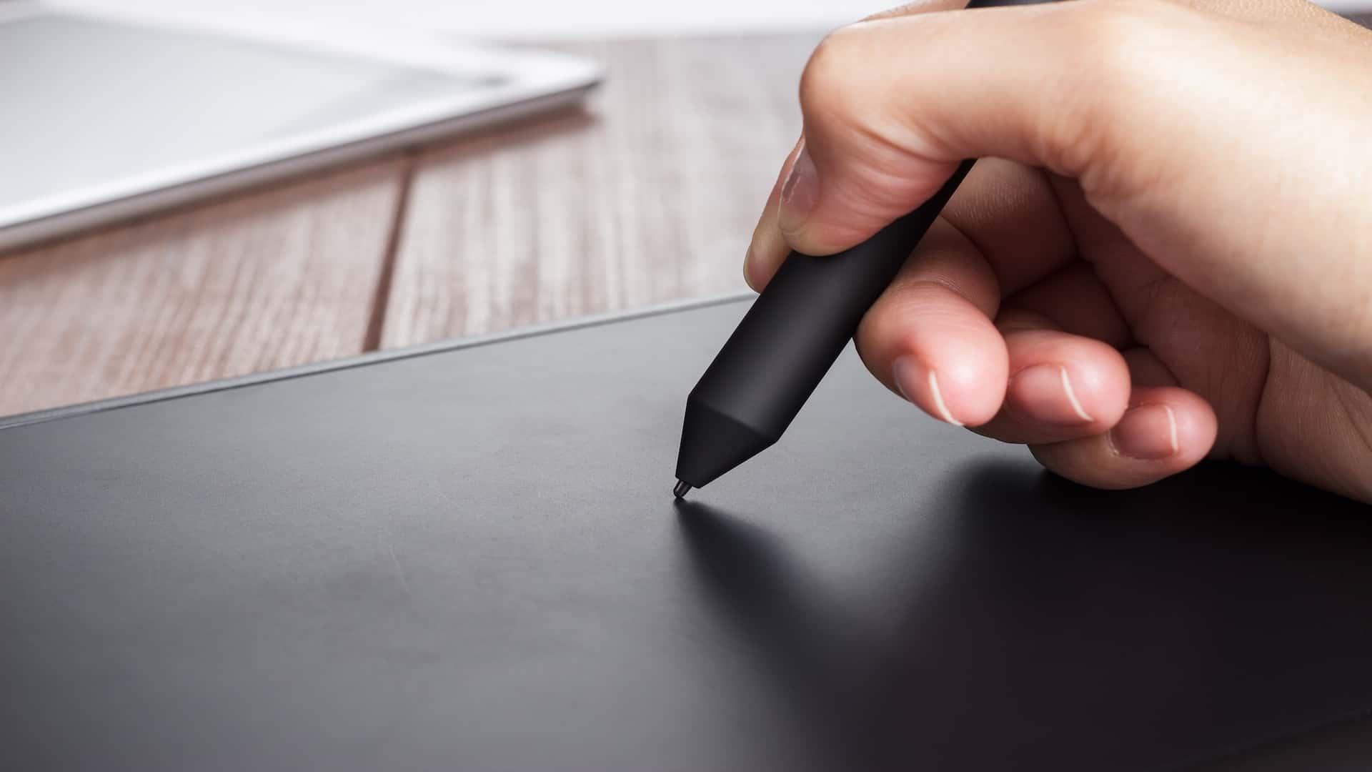 Imagem de pessoa utilizando mesa digitalizadora.