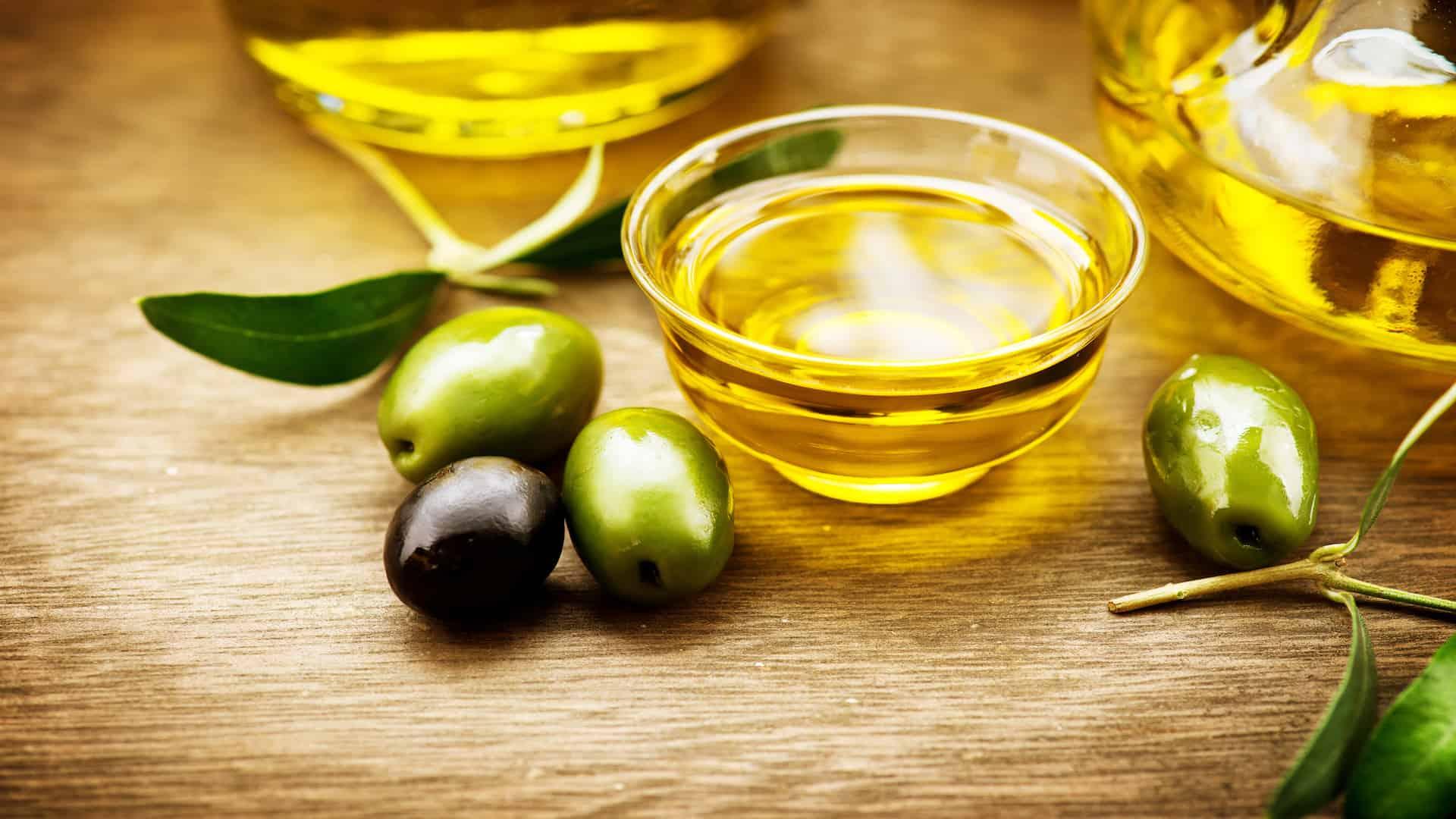 Imagem de potes com azeite de oliva e azeitonas.