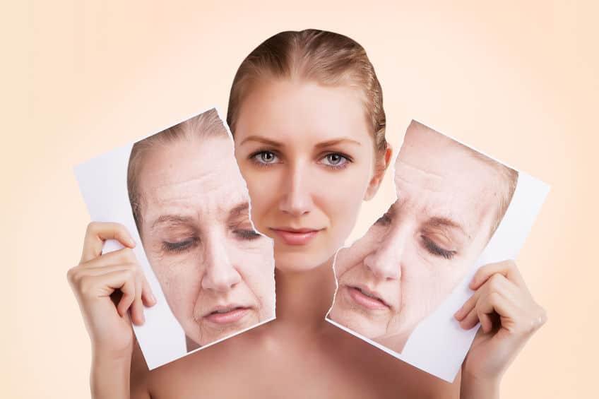 Imagem de mulher com pele jovem segurando foto rasgada com pele envelhecida.