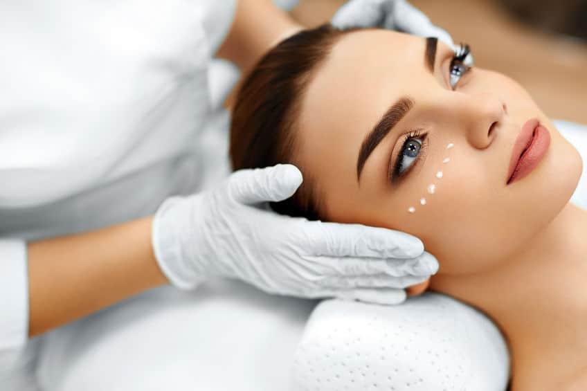 Imagem de mulher fazendo tratamento facial.