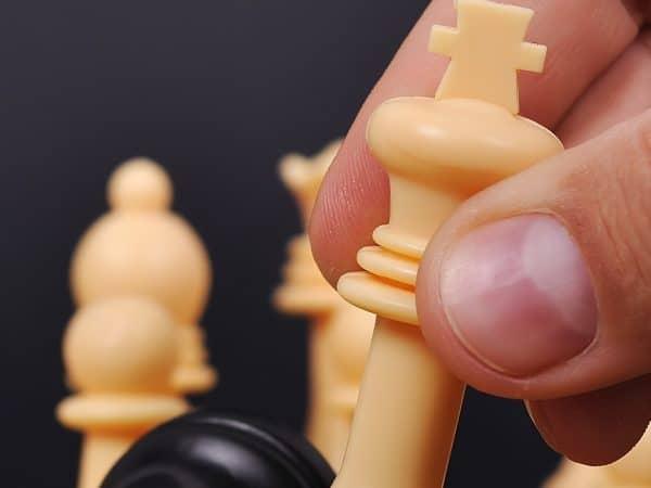 Pessoa jogando xadrez.