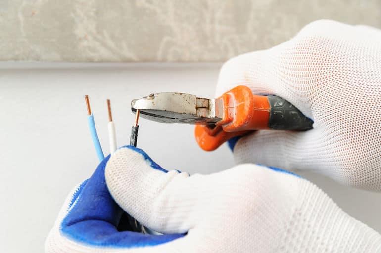 Utilizando alicate para cortar fio.