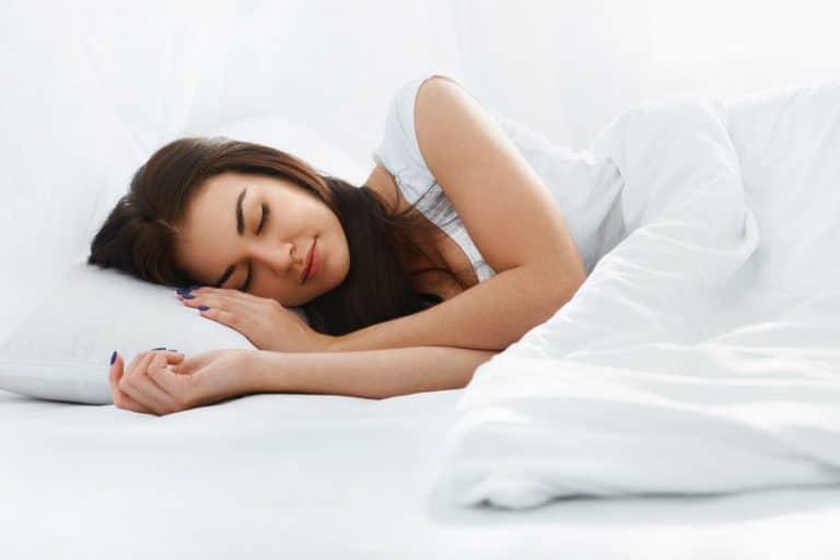 Mulher na cama dormindo.