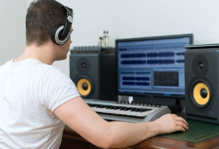 Imagem de homem editando áudio.