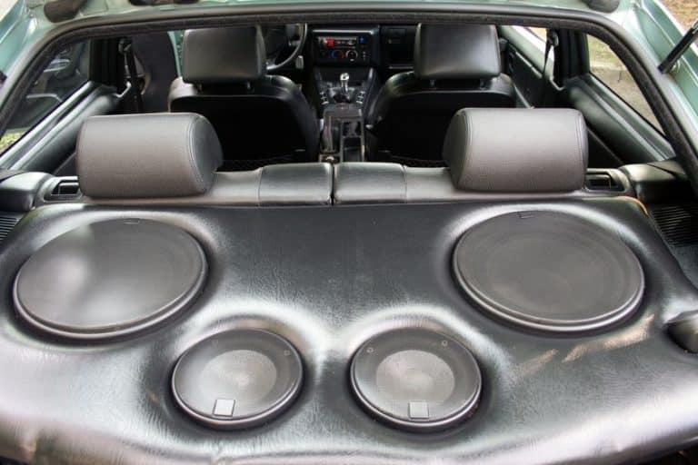 Kit com 4 caixas de som em carro.
