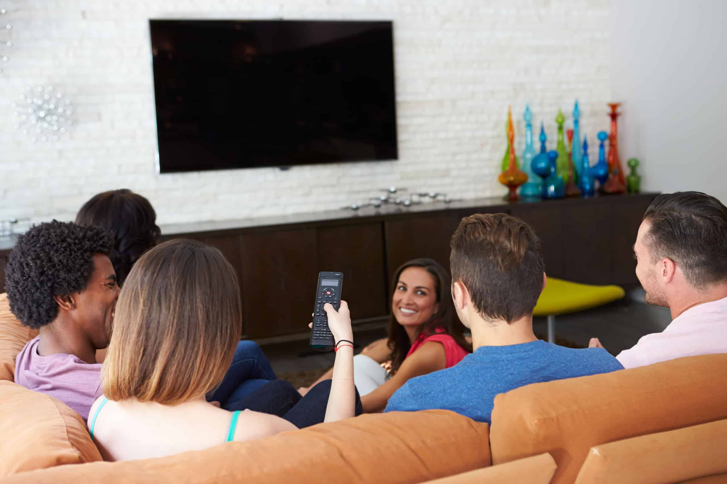 Imagem de amigos assistindo tv.