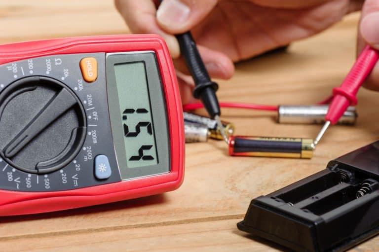Imagem de amperímetro verificando pilhas.