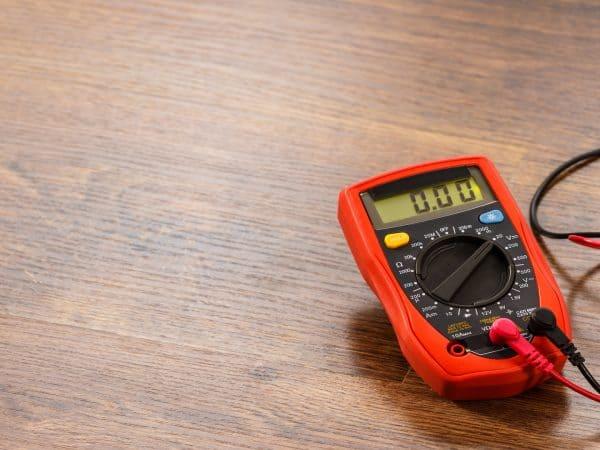 Imagem de amperímetro sobre mesa.