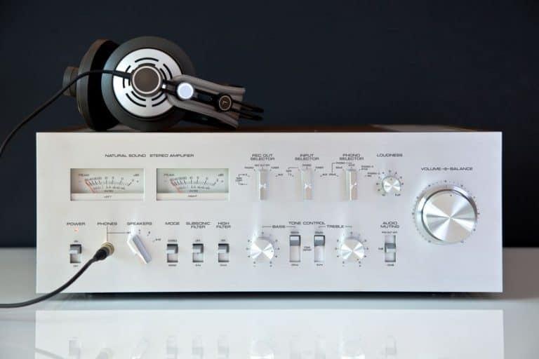 Imagem mostra amplificador cinza.