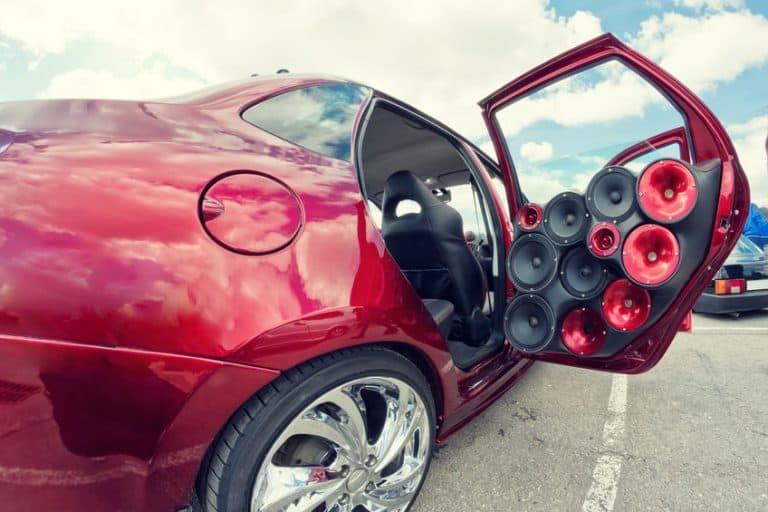 Imagem de caixas amplificadoras em carro.