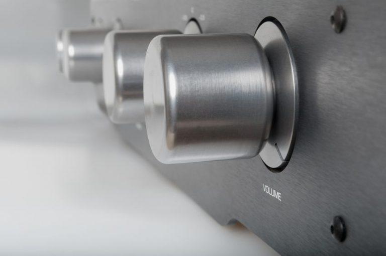 Imagem de botões de volume em amplificador de som.