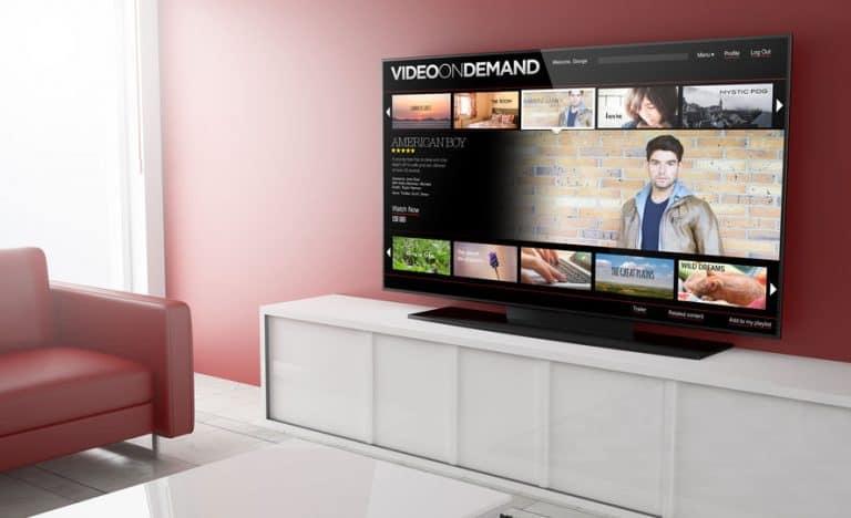 Imagem de TV sobre bancada ligada.