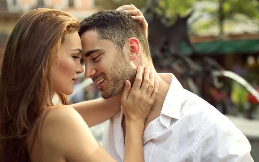Casal abraçado em parque.
