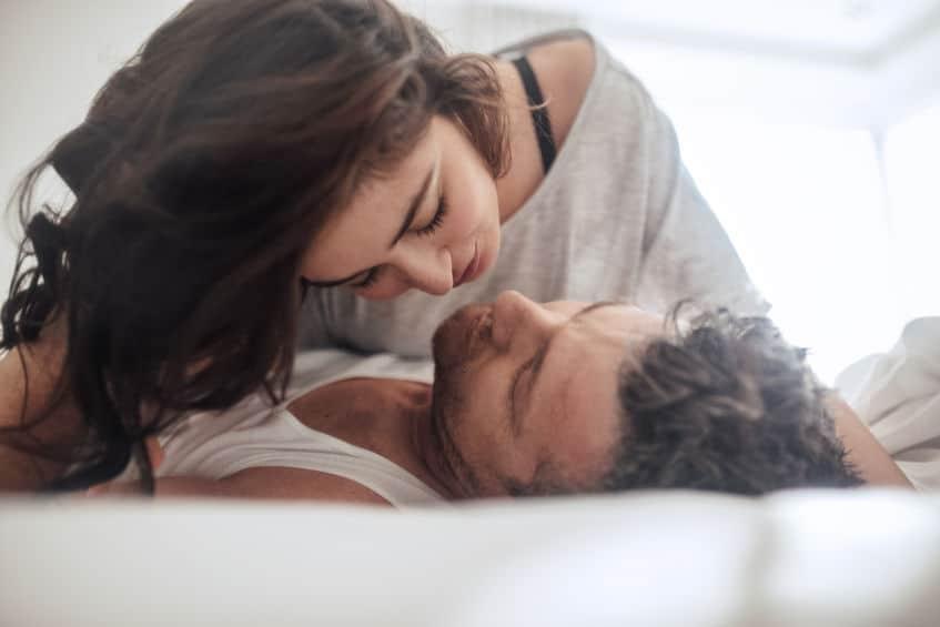 Imagem de casal se beijando.