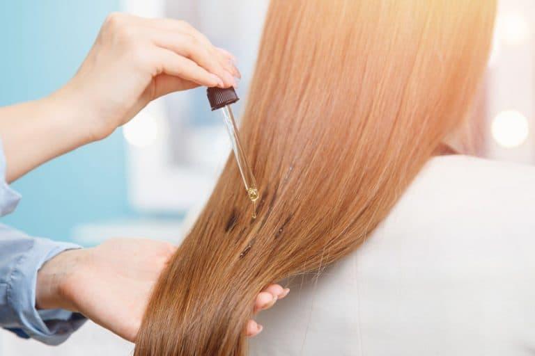 Aplicando óleo em cabelo.