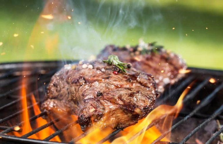 Assando carne.