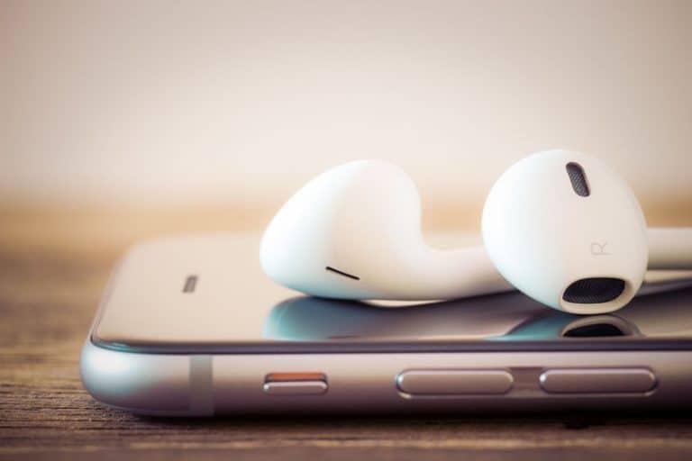 Fone de ouvido sem fio sobre celular.
