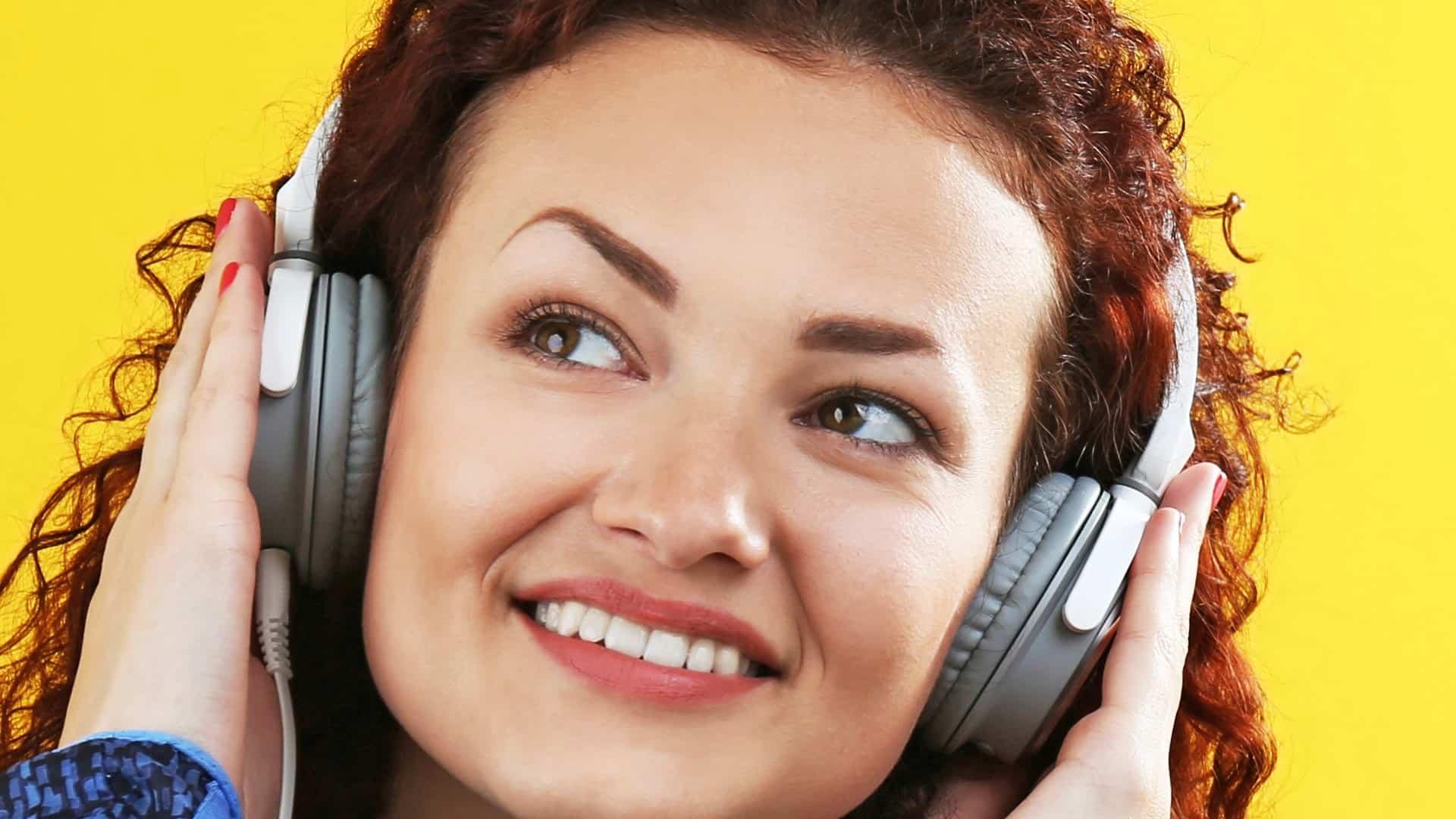 Mulher com fone de ouvido na cabeça