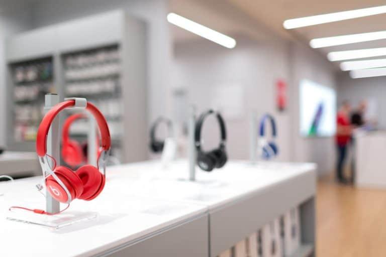 Fones de ouvido expostos numa loja