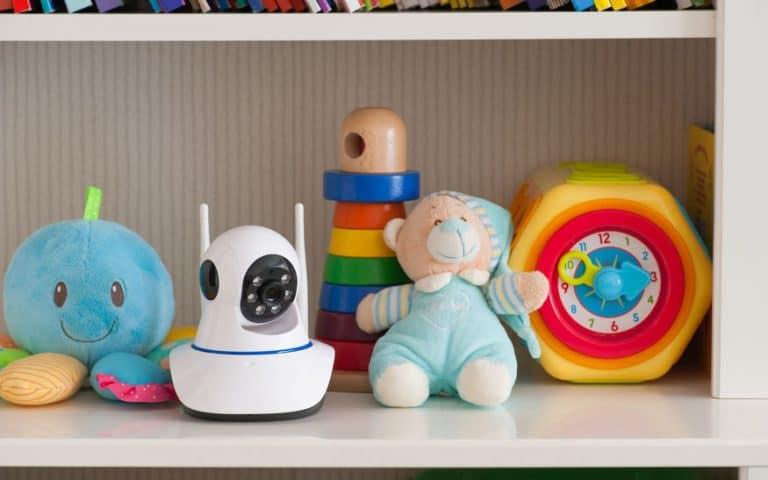 Babá eletrônica entre brinquedos.