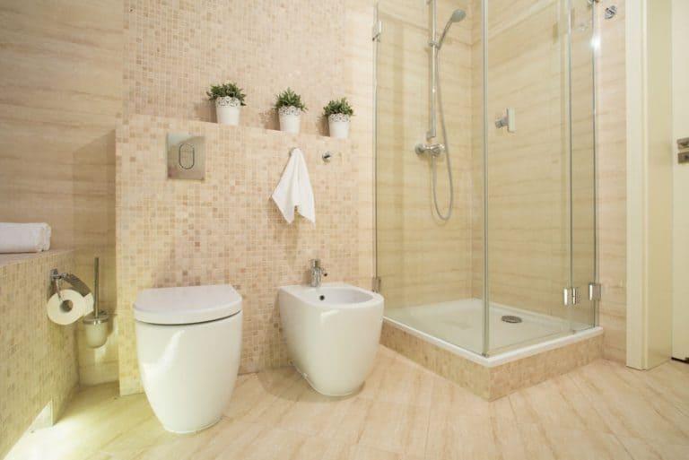 Banheiro grande.