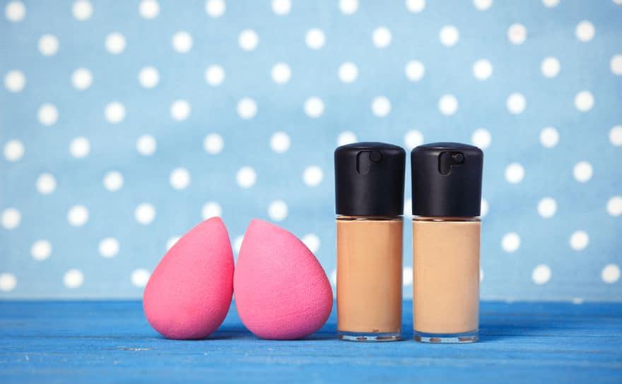 Imagem mostra bases líquidas e esponjas Beauty Blender