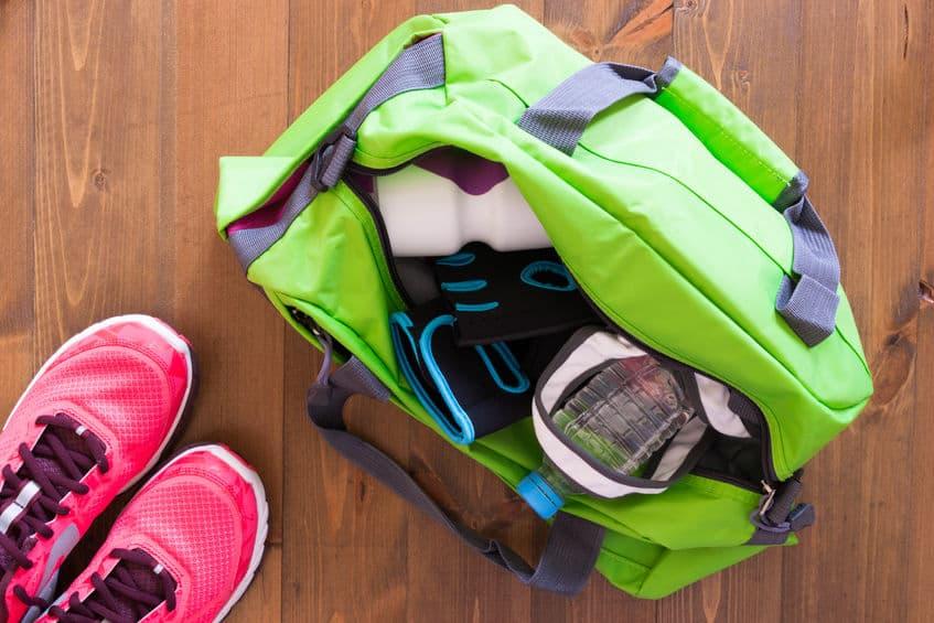 Imagem de bolsa com itens esportivos.