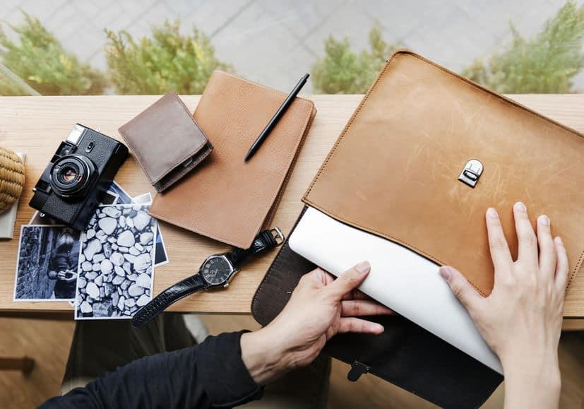 Guardando notebook em bolsa.