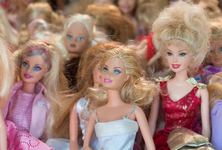 Várias bonecas barbie.