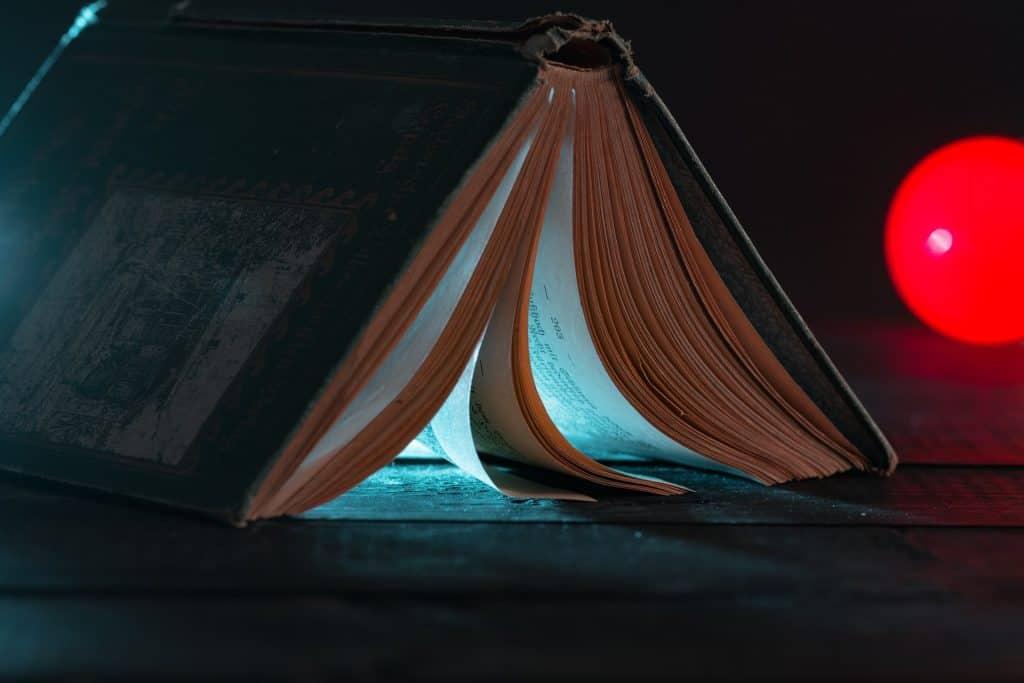 Imagem de livro aberto simulando uma cachoeira.