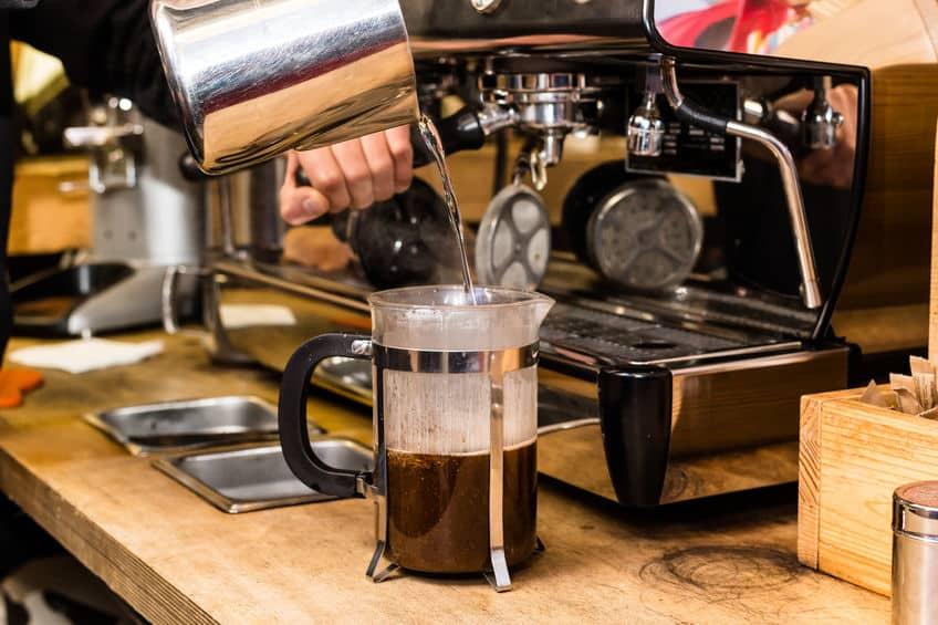 Café sendo feito numa cafeteira francesa