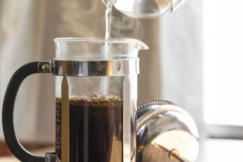 Café sendo feito em cafeteira francesa