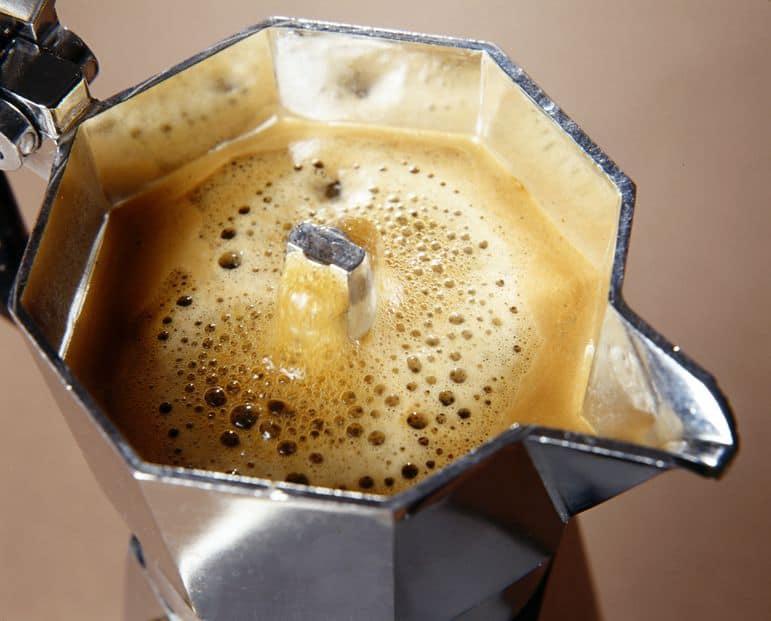 uma cafeteira italiana cheia de café, mostrada de cima
