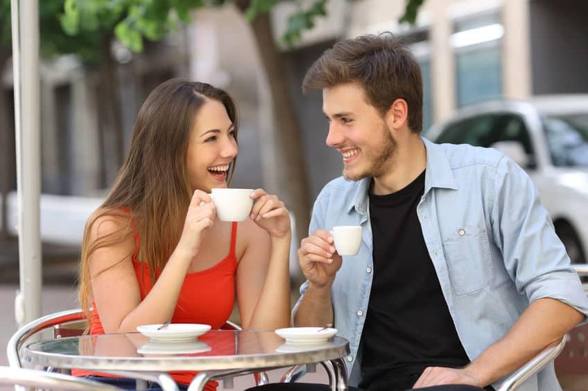 casal tomando café e conversando feliz