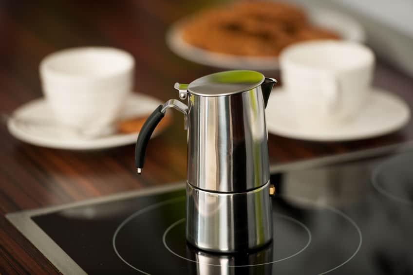 Um exemplo de cafeteira italina com design mais moderno em cima de um fogão de indução