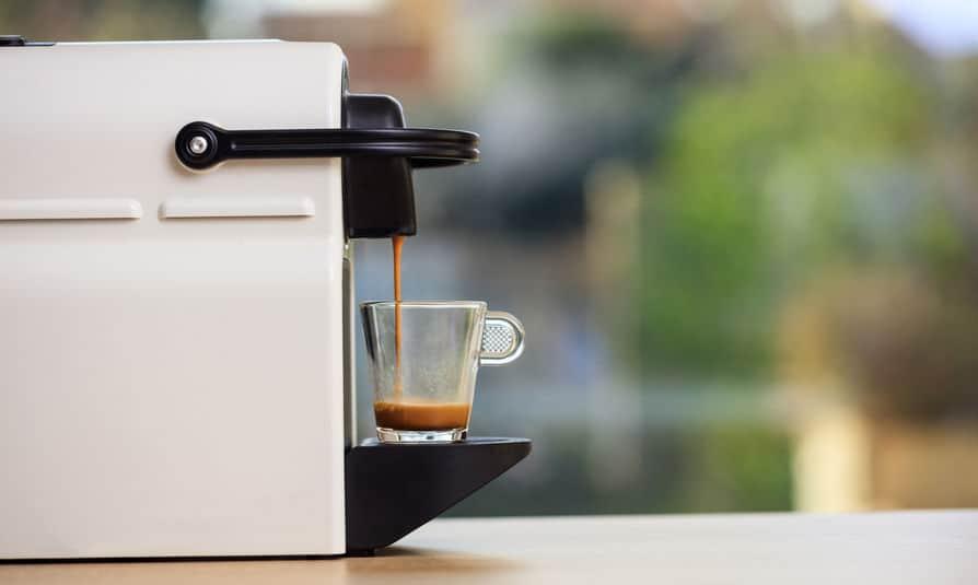 Máquina expresso fazendo café